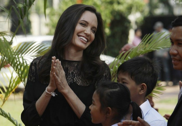 Счастливая Анджелина Джоли на прогулке с детьми