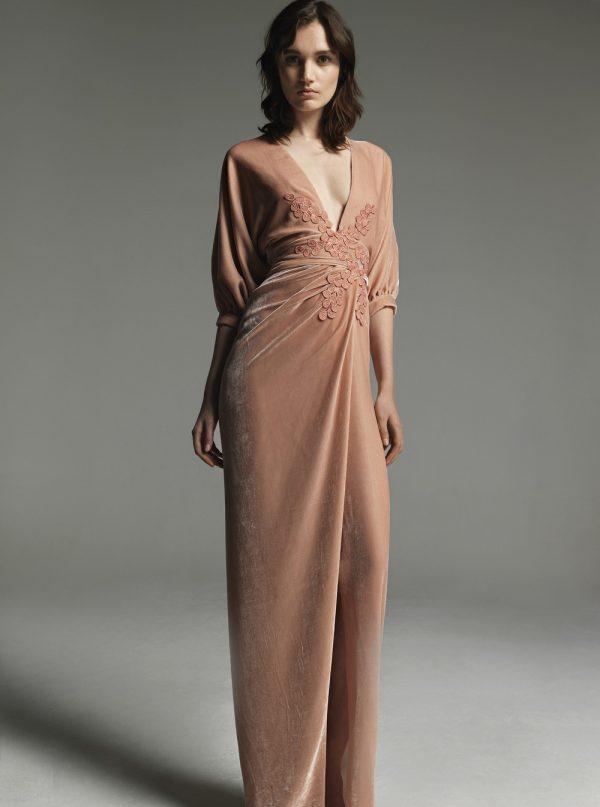 Нежное платье из бархата с кружевом