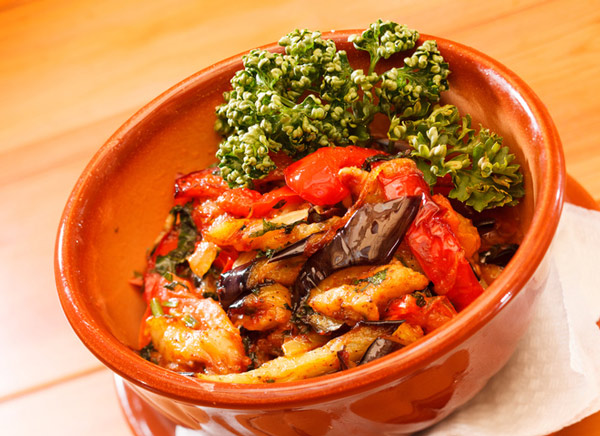 Вкусный салат из тушеных баклажан