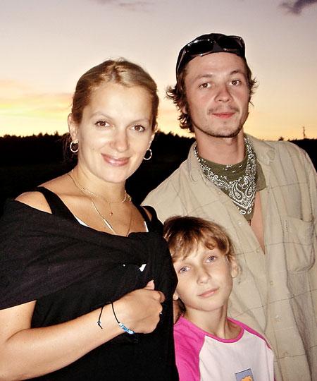 Илья Древнов с женой и дочькой