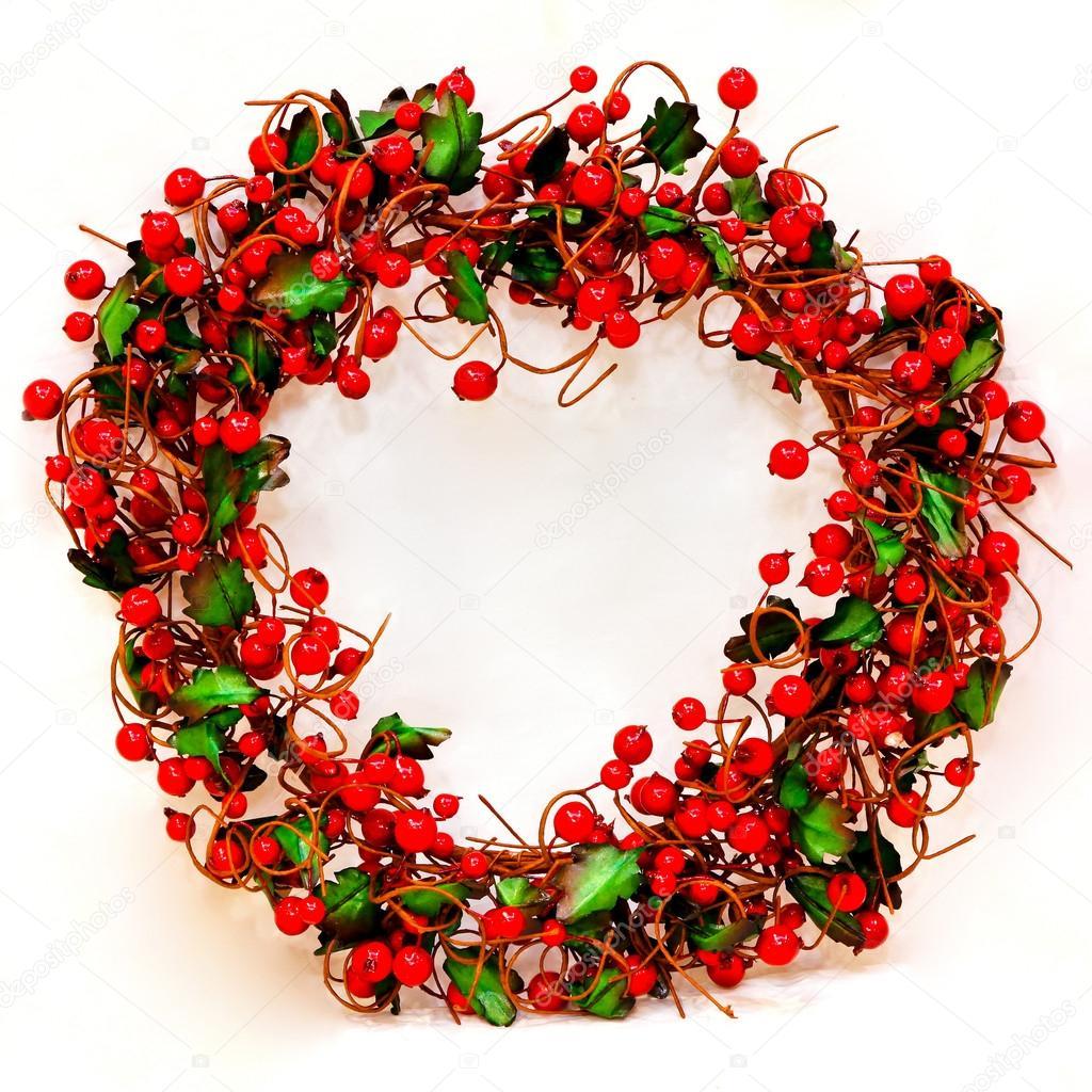 Из ягод получаются очень стильные варианты рождественского венка