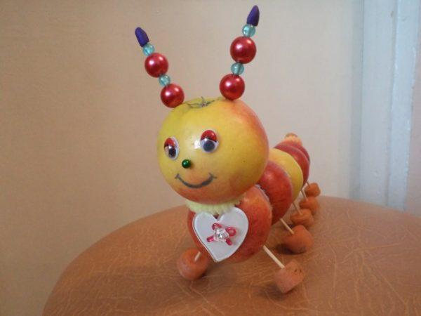 Еще один вариант как сделать гусеницу из яблок