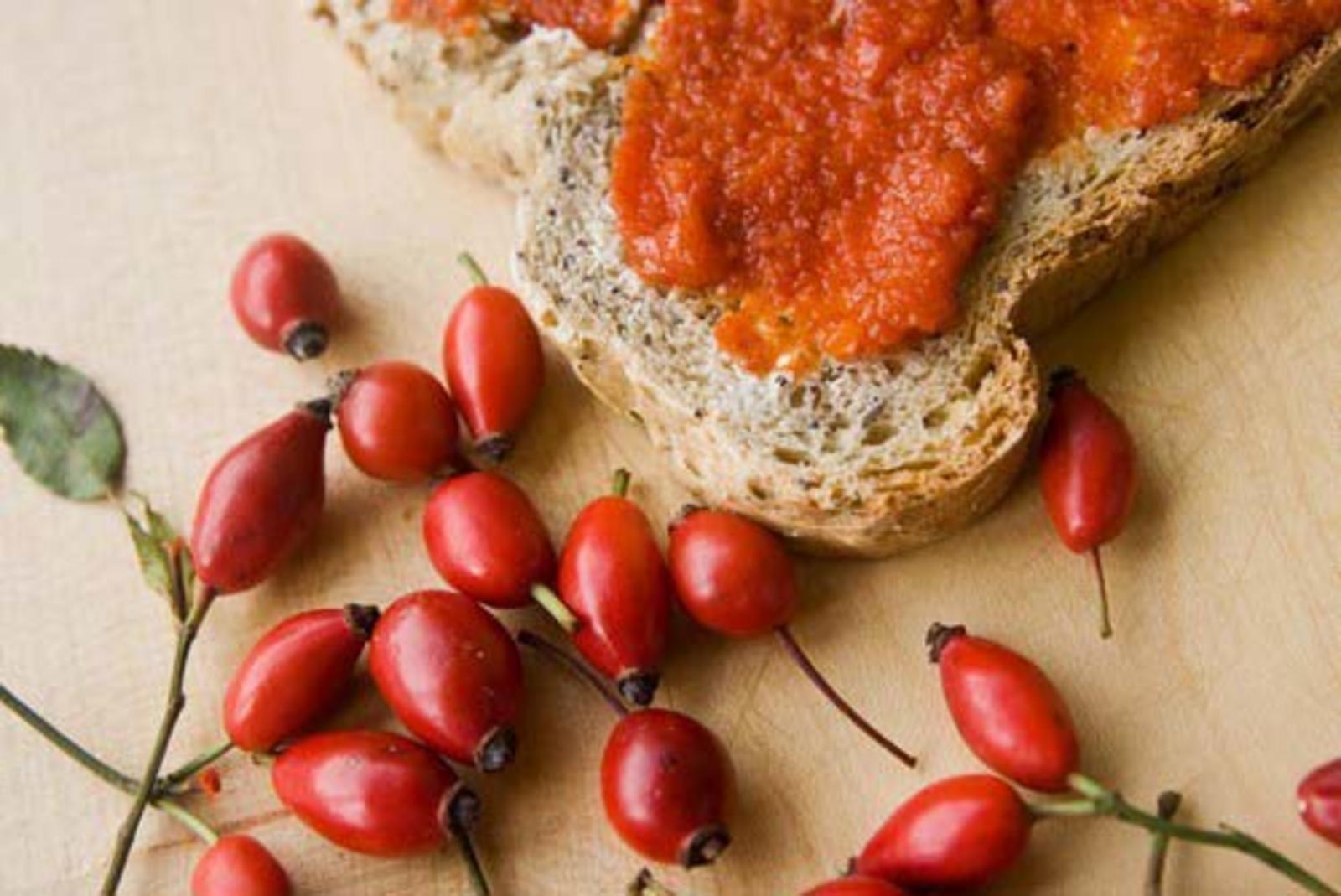 Свежеприготовленное пюре из шиповника полезное и вкусное лакомство
