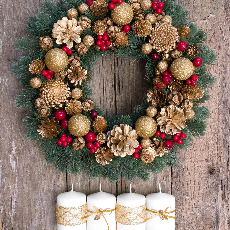 Свечки могут быть поставлены и рядом с рождественским венком