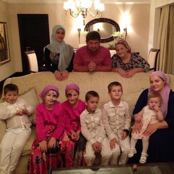 Домашнее фото семьи Кадырова