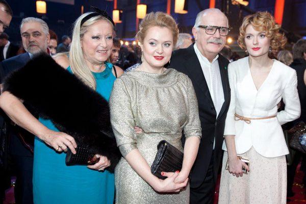 Знаменитая семья Михалковых, на фото: родители и сестра Степана