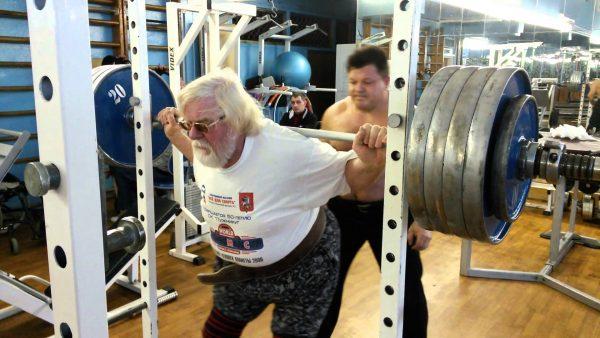 Валентин Дикуль во время тренировок