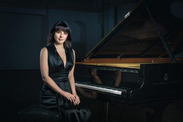 Екатерина Мечетина возле фортепиано
