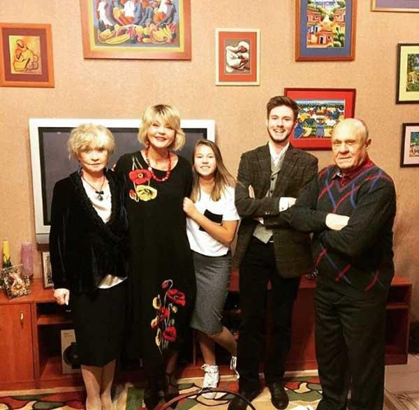 Юлия Меньшова со своими родителями и детьми
