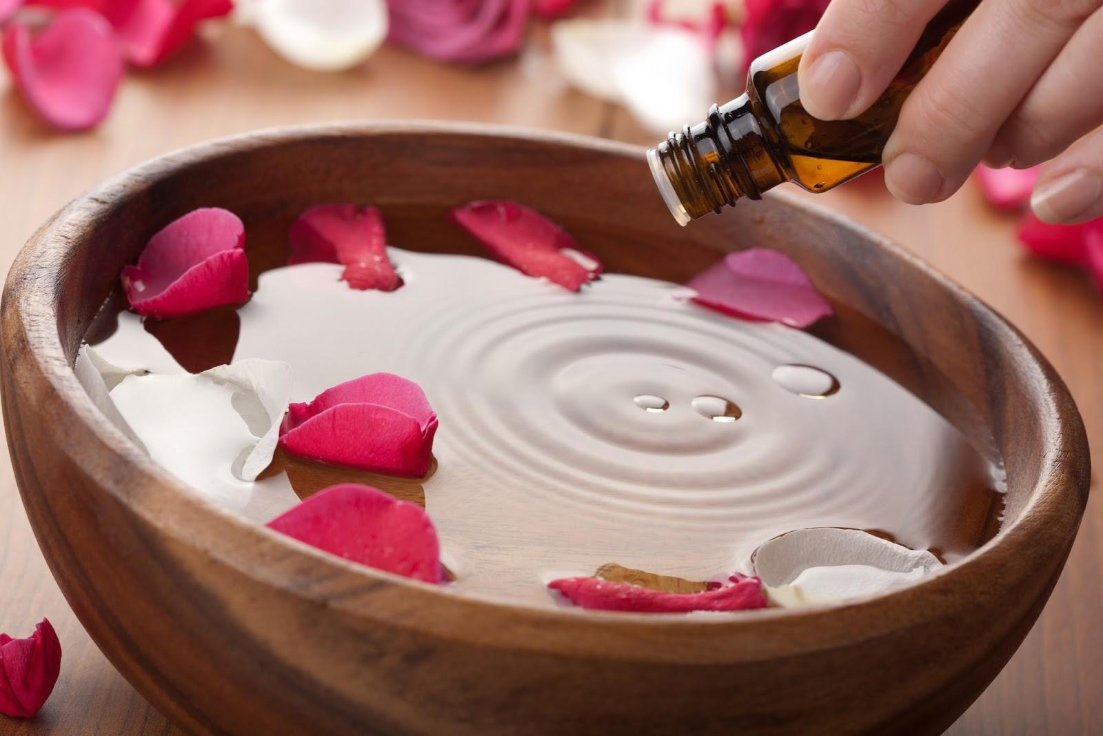 В приготовленную розовую воду можно добавить несколько капель любого эфирного масла