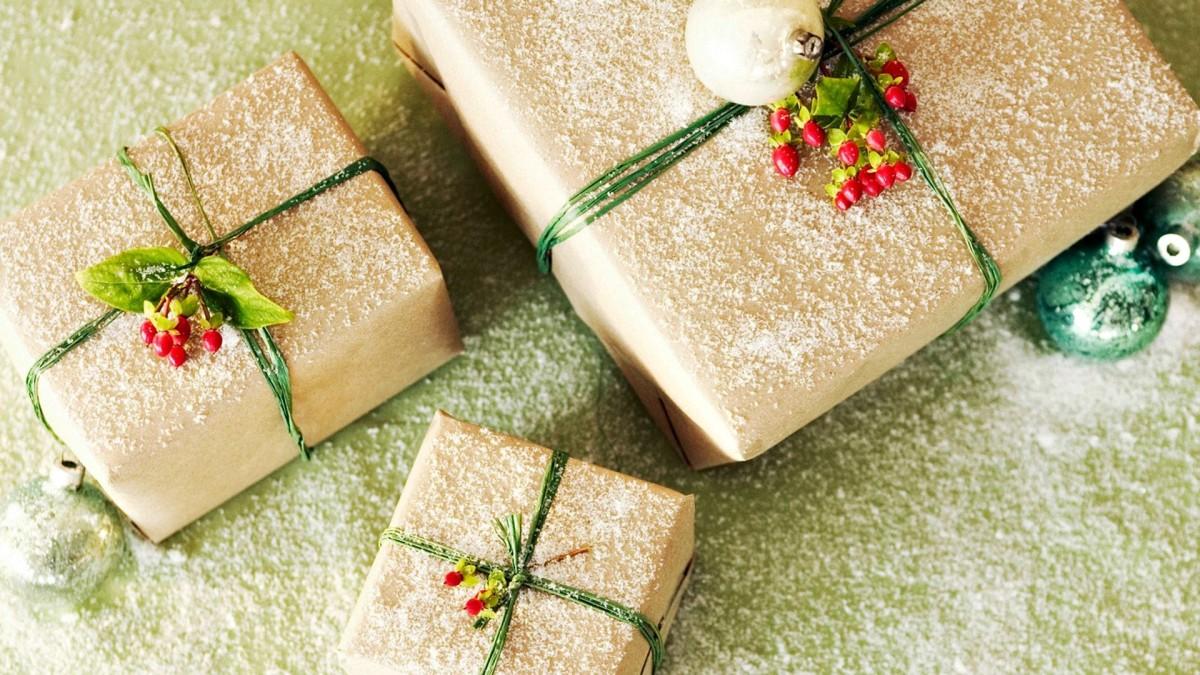 Свои поделки для подарка можно красиво упаковать и тематически оформить