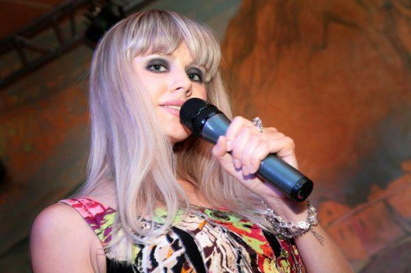 Певица Натали на сцене
