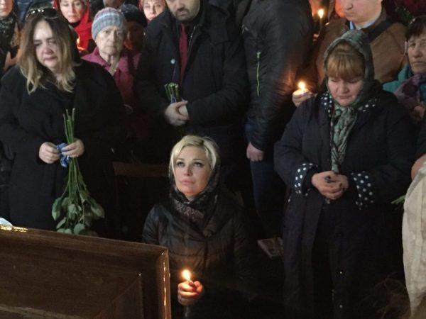 Мария Максакова на похоронах мужа