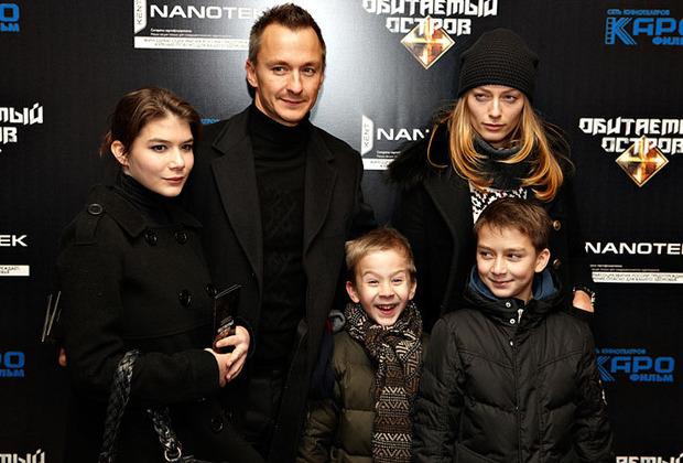 С женой Лизой и детьми