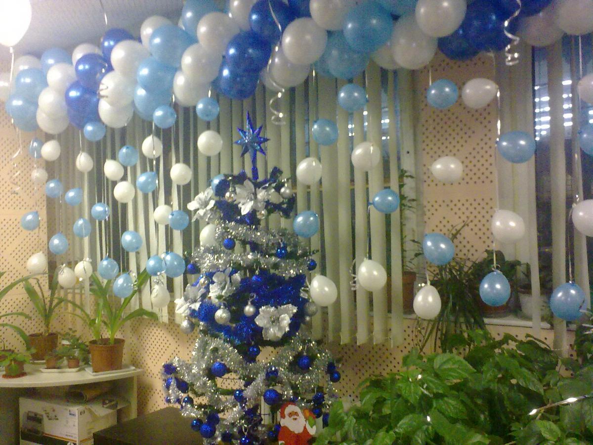 Подвесная новогодняя композиция для офиса из шаров