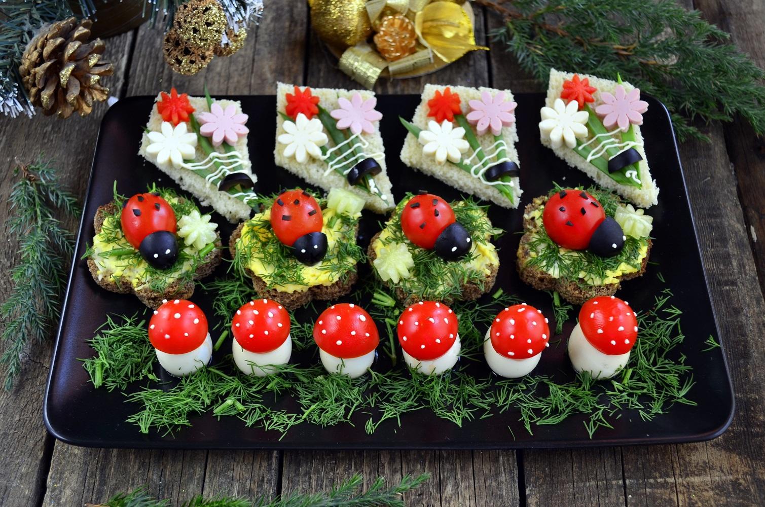 Холодные закуски также могут быть украшены в соответствии с новогодней тематикой