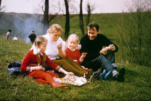 Счастливое семейство на пикнике