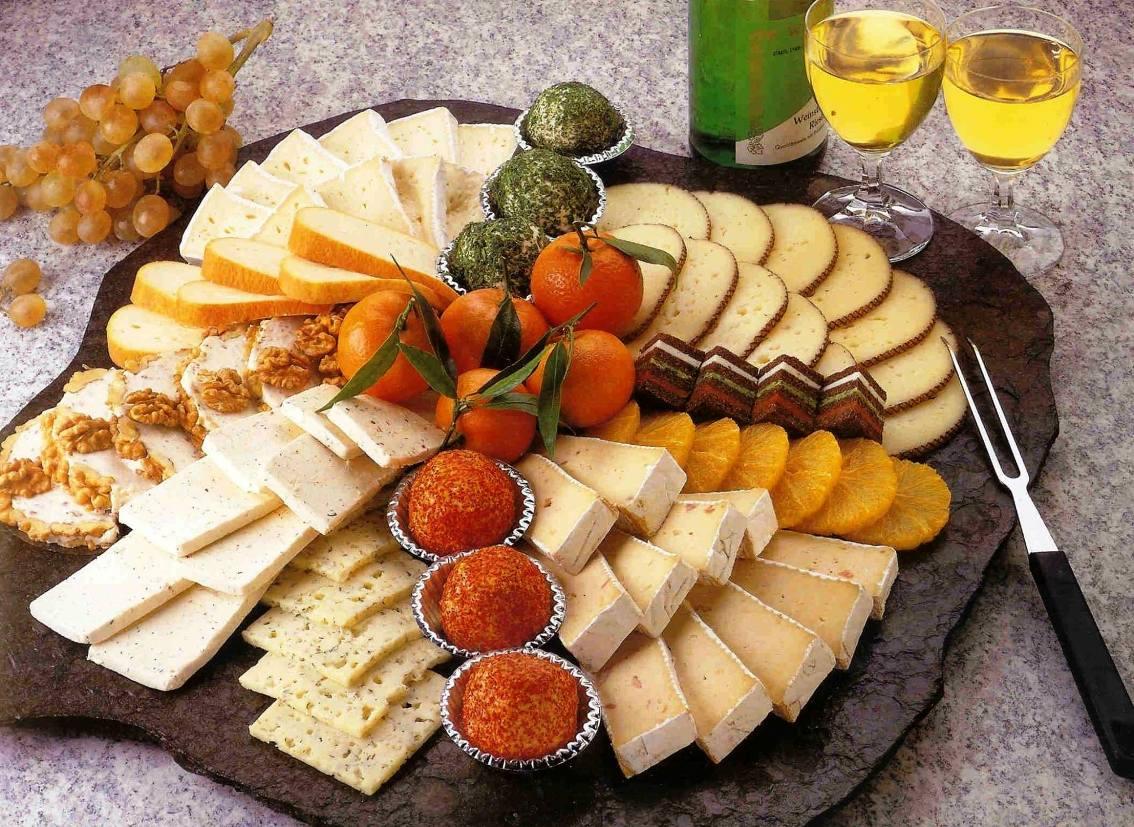 Сырная тарелка как вариант подачи холодных закусок