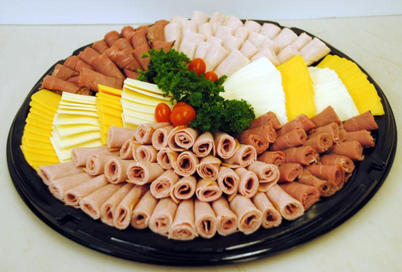 Нарезки из мясных и сырных продуктов непременно должны присутствовать на праздничном новогоднем столе