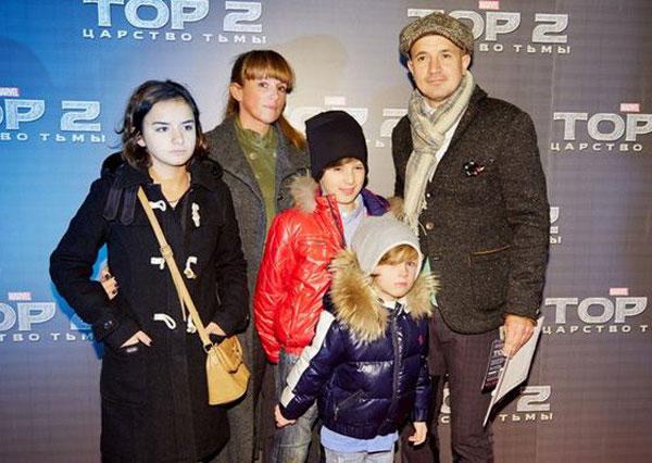 С женой и детьми на премьере фильма