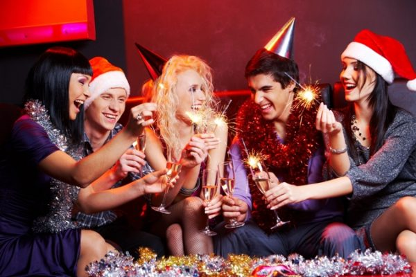 Сценарий на Новый год 2018 для корпоратива с конкурсами и приколами