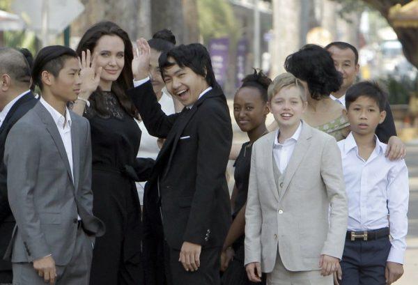 Анджелина со своими детьми