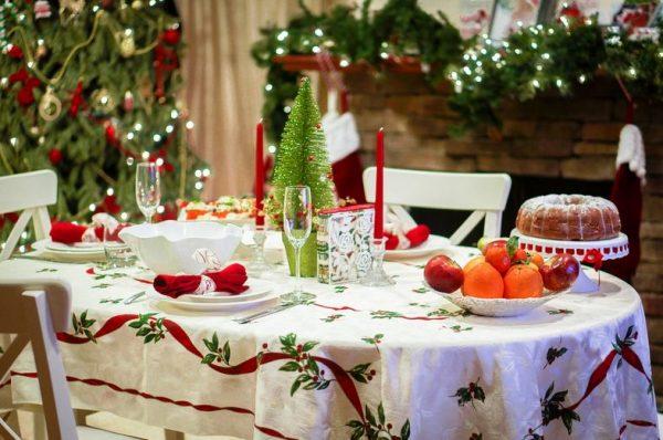 Красиво украшенный стол с праздничной атрибутикой