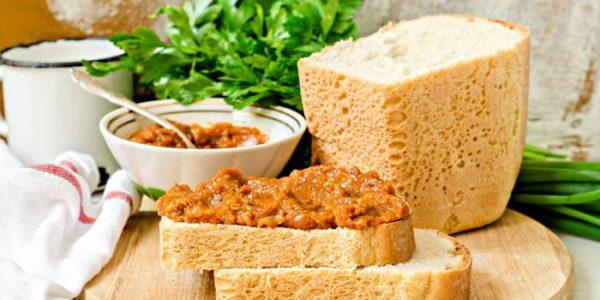 Икра с хлебом