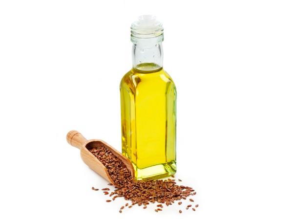 Льняное масло продается в стеклянной бутылочке