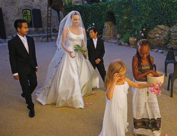 В Интернете все чаще появляются фото актрисы в свадебном платье