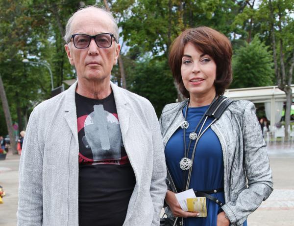 На фото Михаил со своей женой Еленой