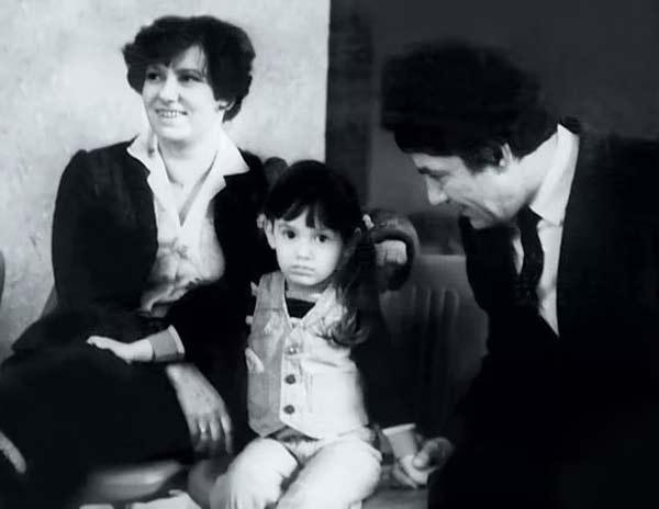 Карина в детстве со своими родителями