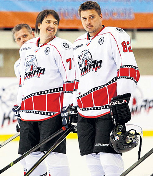 П. Кислов во время игры в хоккей