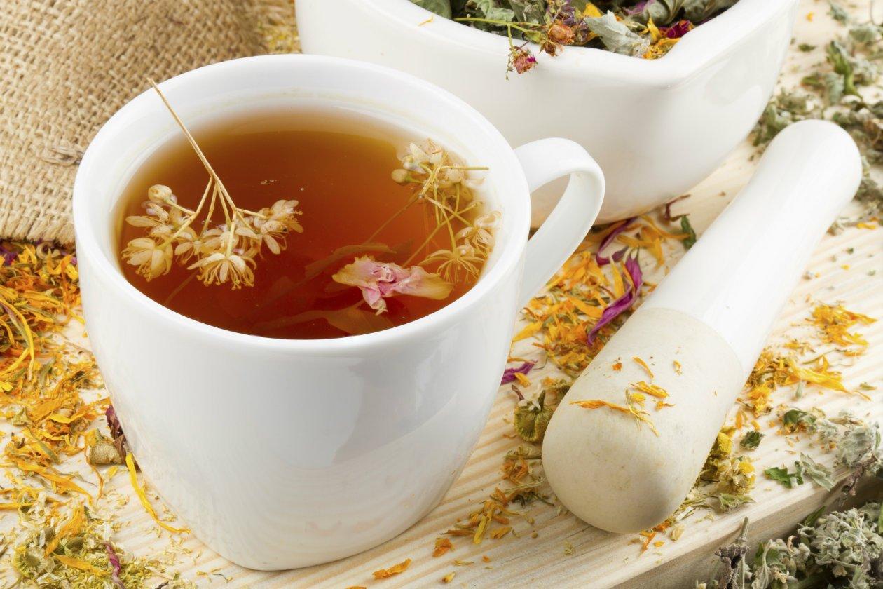 В травяной чай при лечении бронхита не забудьте добавить измельченные плоды кориандра