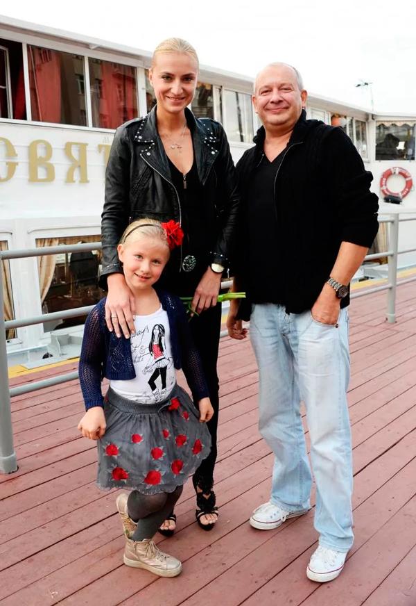 Дмитрий с дочерью и женой