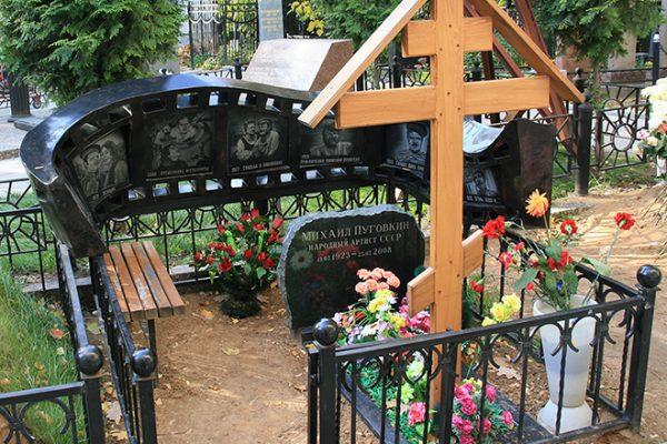 Могила известного отца Михаила Пуговкина