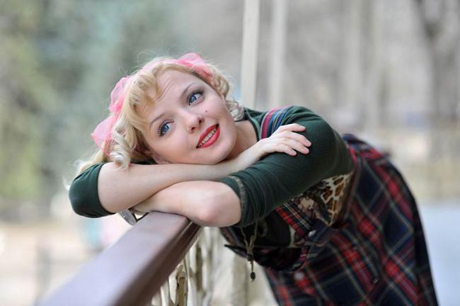 Марина Орлова исполняет песни