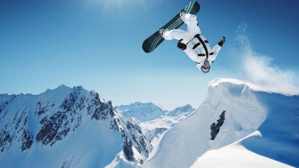 Катание на сноуборде в горах
