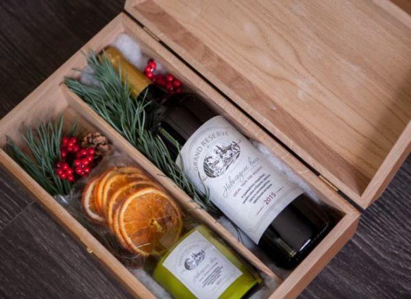 В качестве подарка можно преподнести вино в красивой коробке