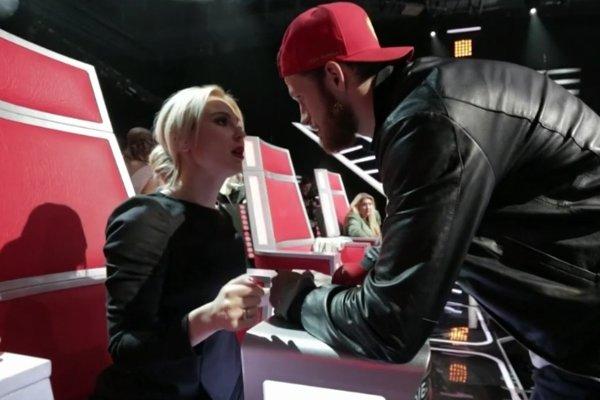 Иван Телегин поддерживает Пелагею на съемках шоу «Голос»