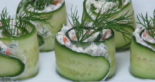 Салат в виде роллов с огурцом