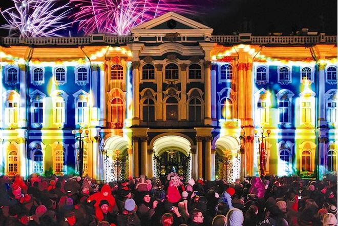 Новогодние мероприятия на Дворцовой площади: световые шоу проходят несколько дней