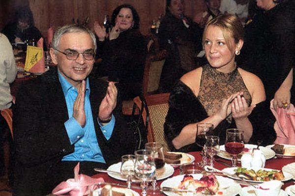 Актриса имела отношения с режиссером Кареном Шахназаровым