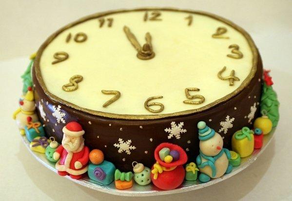 Оригинальный торт в виде новогодних часов
