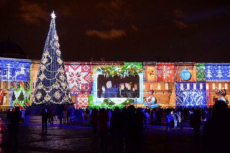 Новогодние мероприятия на Дворцовой площади: поздравления со всех уголков страны