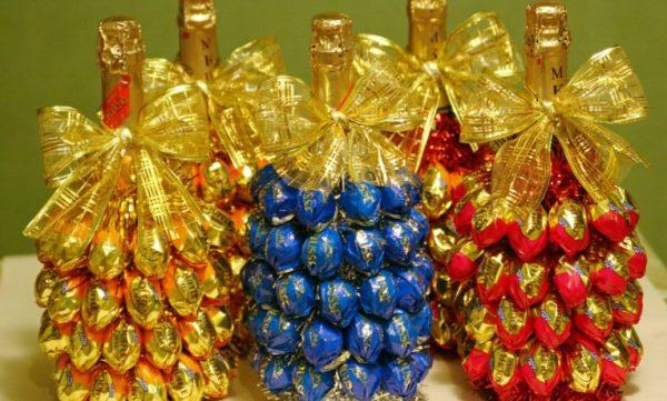 Украшение бутылки из конфет