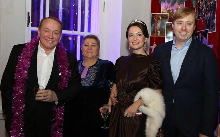 Александр Масляков с женой, сыном и невесткой