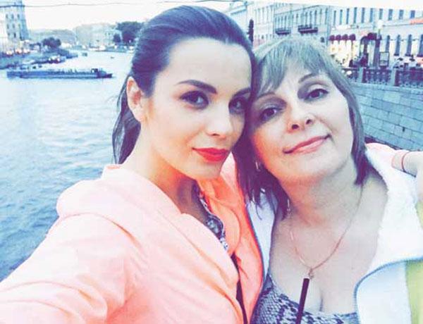 Актриса со своей мамой