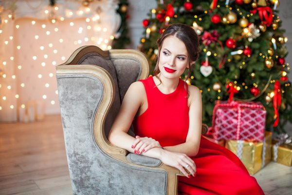 Яркий образ в красном новогоднем наряде