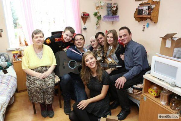 Молодые люди часто посещают дом пристарелых города Вязма